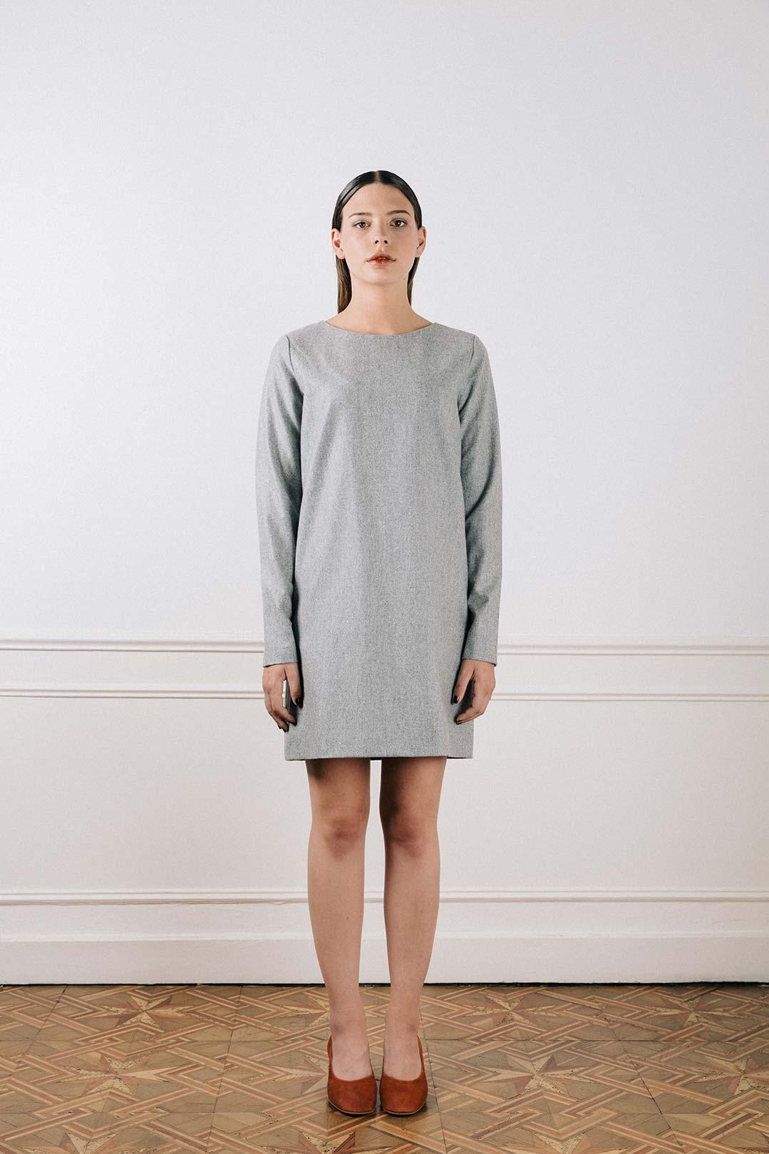 robe droite en laine grise chin e carolyne atode. Black Bedroom Furniture Sets. Home Design Ideas