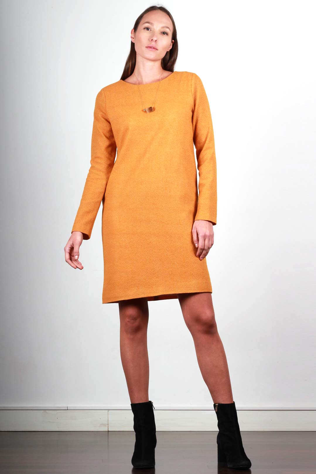 Robe droite couleur moutarde