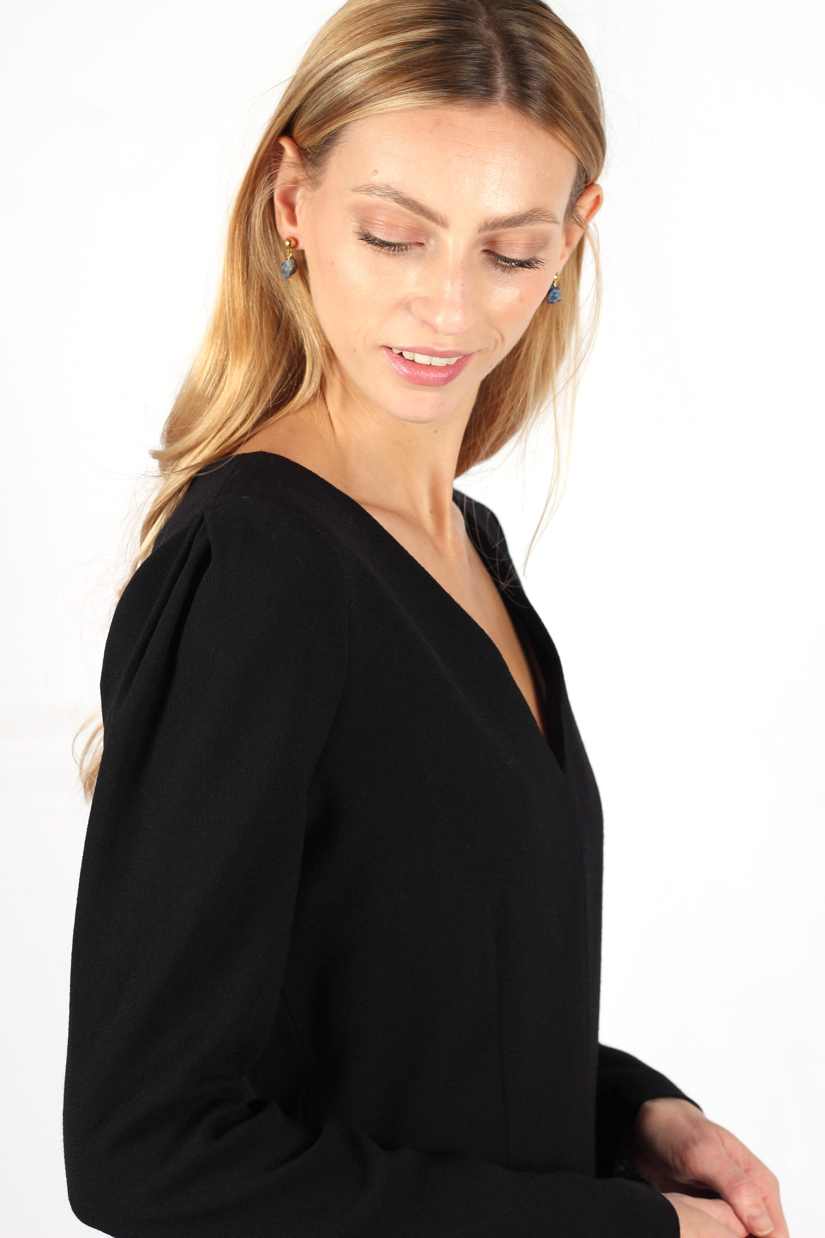 Robe noire cintrée en crêpe de laine3